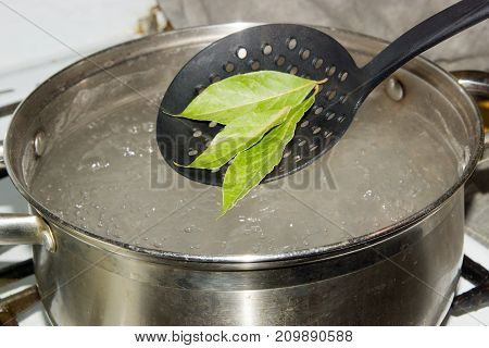 The pot of boiling water, which omit the Bay leaves, give the dish a savory aroma and taste.