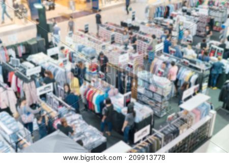 People pay attention to the clothing brand names at discounted prices. The exhibition is on sale in the store are very popular at the end of the month and payday.