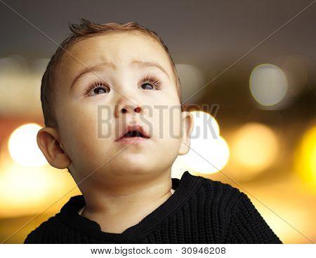 Portret van een knappe jongen tegen kijken stad door nacht achtergrond