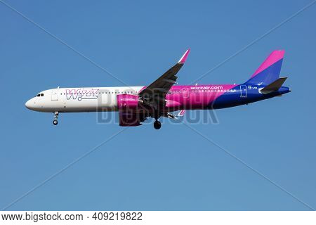 Budapest, Hungary - March 9, 2020: Wizz Air Airbus A321 Neo Ha-lva Passenger Plane Arrival And Landi