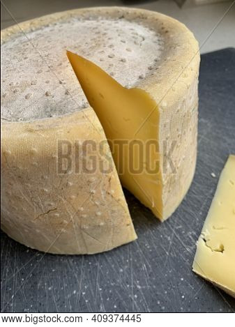 Long-maturing Cow Cheese, Home-made Cheese, Italian Cheese, Natural Cheese For Several Months, Milk