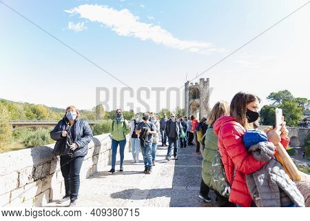 BesalÚ, Spain - 11 October 2020: People Walking On The Famous Bridge Fortress In The City Of Besalú