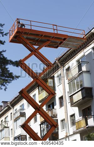 Cosmetic And Major Repairs Of Facades Of Multi-storey Municipal Housing. Construction Cradle Lift. M