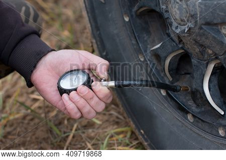 Tire Pressure Measurement With A Deflator. Pitting The Wheels