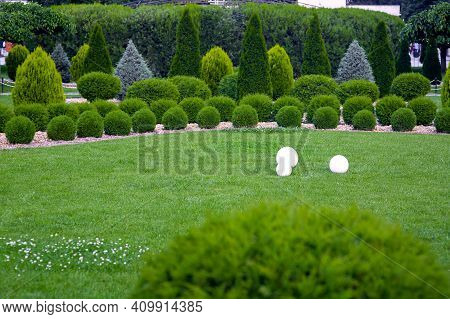 Backyard 3 Lights Garden With Electric Ground Lanterns With Sphere Diffuser Lamps In Lawn In Outdoor