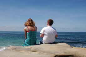 Kinder, die mit Blick auf den Ozean