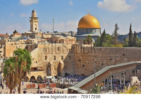 JERUSALEM, ISRAEL - SEPTEMBER 18, 2013: Sunny morning in the holiday of Sukkot. Religious Jews in white prayer shawls are going to pray at the Western Wall of the Temple.