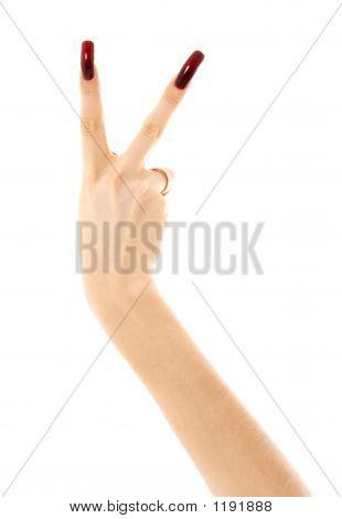 Hand mit langen Acrylic nails Ergebnis Sieg Zeichen