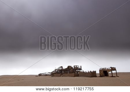 Abandon oil drilling platform on Namibia's Skeleton Coast