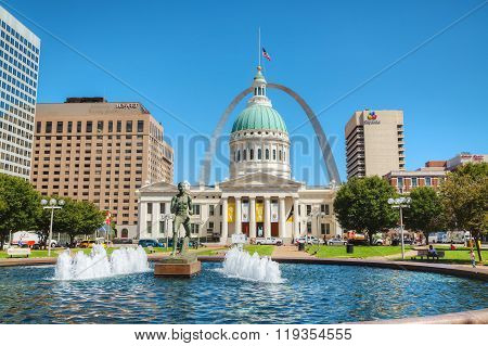 Downtown St Louis, Mo With The Old Courthouse