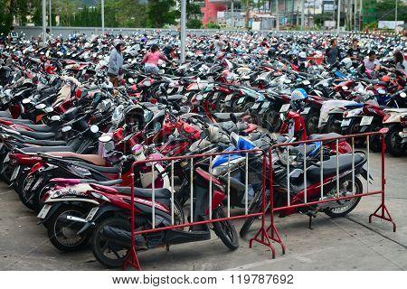 Clutterd Parking Lot Near A Shopping Mall.