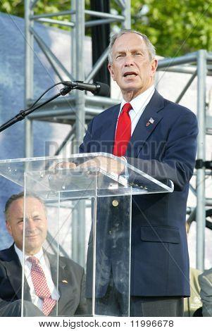 NUEVA YORK - 25 de junio: alcalde de la ciudad de Nueva York Michael Bloomberg habla como él asiste a la mayor Nueva York
