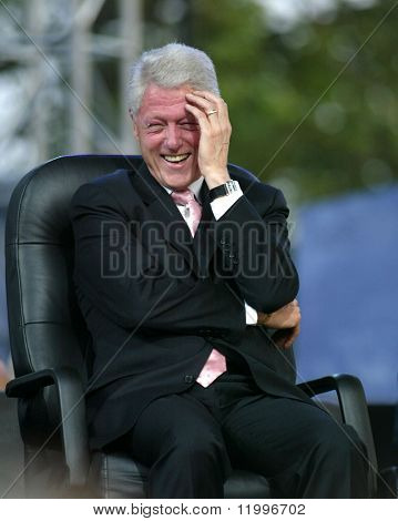 NUEVA YORK - 25 de junio: El ex Presidente Bill Clinton se ríe mientras asistía a la B mayor de Nueva York