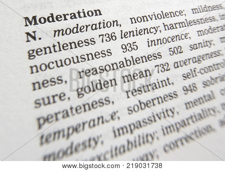 CLECKHEATON, WEST YORKSHIRE, UK: THESAURUS PAGE SHOWING DEFINITION OF WORD MODERATION, 30TH MARCH 2005, CLECKHEATON, WEST YORKSHIRE, UK