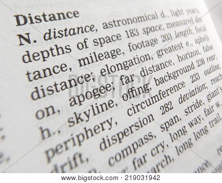CLECKHEATON, WEST YORKSHIRE, UK: THESAURUS PAGE SHOWING DEFINITION OF WORD DISTANCE, 30TH MARCH 2005, CLECKHEATON, WEST YORKSHIRE, UK