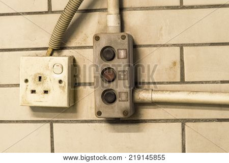 Switch the power outlet with the switch to open the door very old.