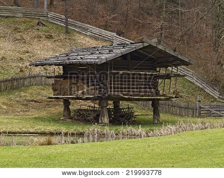 Open-Air Museum Stuebing: The airy log-built barn protected the barn-stored grain from mice and other rodents.