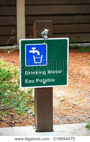 A potable water sign in both english and french.