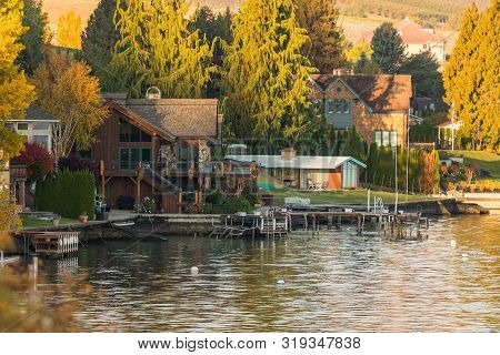 Chelan, Washington, Usa - October 20, 2018: Houses And Jetties On The Shores Of Chelan Lake, Washing