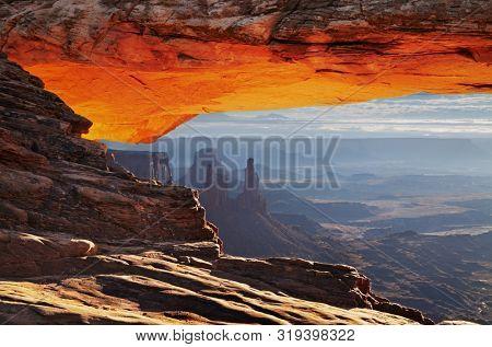 Mesa Arch at sunrise in Canyonlands National Park, Utah, USA