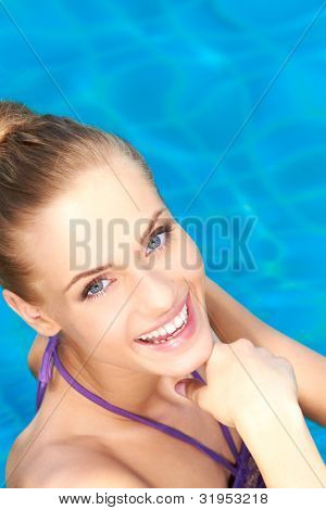 close up of happy Girl sie im Schwimmbad