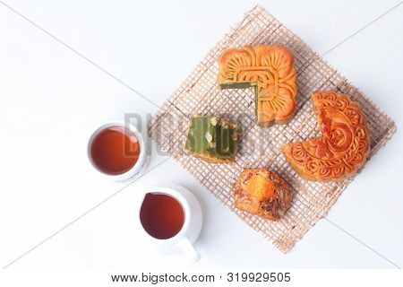 Round Mooncake 8 Grains And Salted Eggs And Squred Mooncake Filled Red Beans, Stirred In Green Tea A