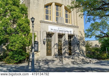 New Orleans, La - April 25: Front Of Temple Sinai On St. Charles Avenue On April 25, 2021 In New Orl