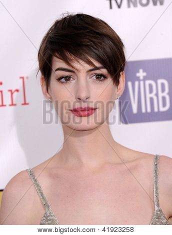 LOS ANGELES - JAN 10:  Anne Hathaway arrives to the