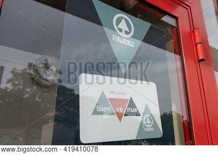 Bordeaux , Aquitaine France - 05 02 2021 : Spar Pine Sign Logo And Brand Text On Windows Entrance St