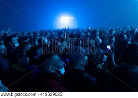Russia Kemerovo 2021-04-18 People Crowd In Medical Masks On Night Party Concert