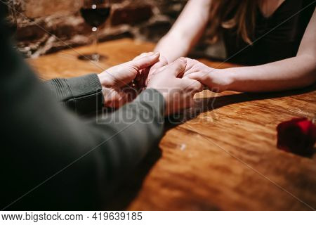 Bride And Groom Holding Hands Hands Of The Groom And Bride Beautiful Couples Holding Hand White Hand