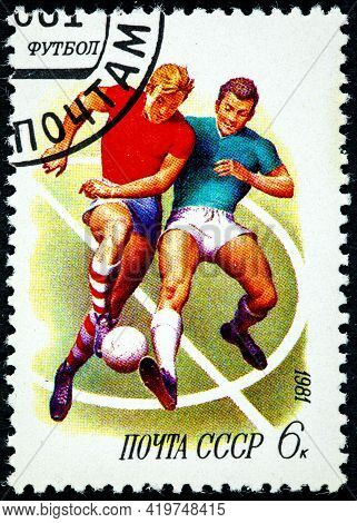Ussr - Circa 1981: A Stamp Printed In The Ussr Shows Football, Circa 1981