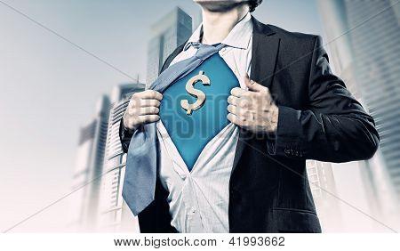 Empresario mostrando el traje de superman por debajo de la camisa