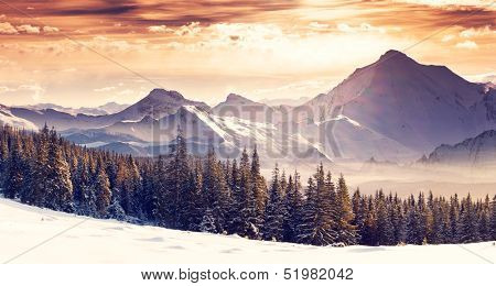 Fantastischer Abend Winterlandschaft. Dramatische bewölkten Himmel. Kreative Collage. Beautywelt.