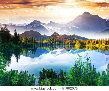 Fantastische Sonnentag ist im Bergsee. Kreative Collage. Beautywelt.