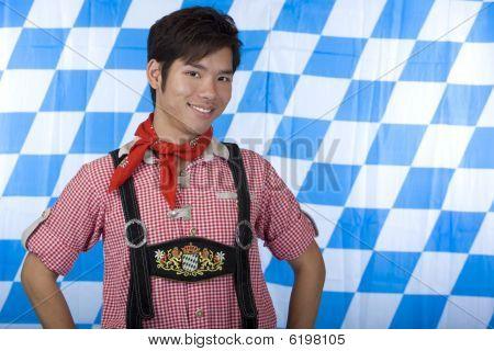 junger Mann mit bayerischen Oktoberfest Lederhosen (Lederhose)