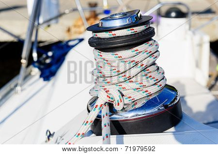 Sailing winch with halyard rope