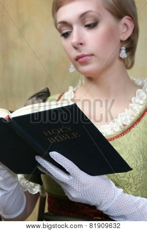 The women reads the bible