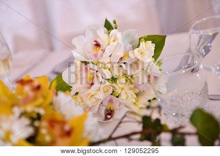 Floral arrangement on wedding day meals in natura light