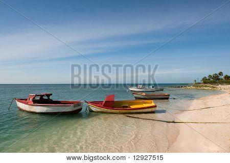 Bunte Boote am Strand