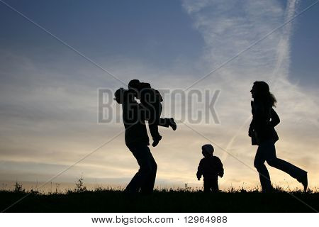 силуэт семьи из четырех человек