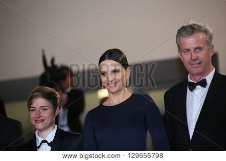 Bruno Dumont, Juliette Binoche attend the 'Slack Bay (Ma Loute)' premiere during the 69th annual Cannes Film Festival at the Palais des Festivals on May 13, 2016 in Cannes, France.