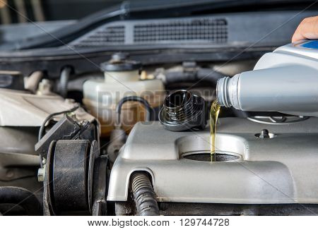 Car lubricator check Car maintenance Check car yourself Check lubricator self Fill motor oil.