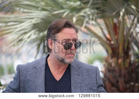 Russell Crowe making selfies at The Nice Guys' photocall during the 69th annual Cannes Film Festival at the Palais des Festivals on May 15, 2016 in Cannes .