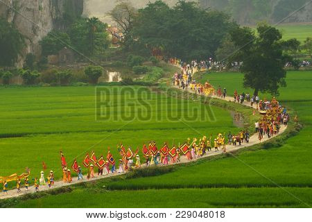 Ninh Binh, Vietnam - Apr 10, 2017: Thai Vi Traditional Spring Festival With Crowded People And Palan