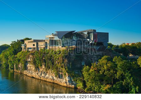 Chattanooga, Tn - August 24, 2017: Perched On A Bluff 80 Feet Above The Tennessee River, The Hunter