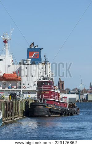 New Bedford, Massachusetts, Usa - February 28, 2018: Tug Iona Mcalister Alongside Dock With Superstr
