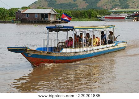 Siem Reap, Cambodia - August 08, 2008: Unidentified Tourists Enjoy Boat Trip By Tonle Sap Lake In Si
