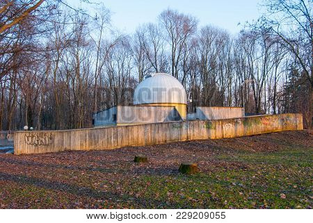 Astronomical Observatory To Watch The Sky - Planetarium