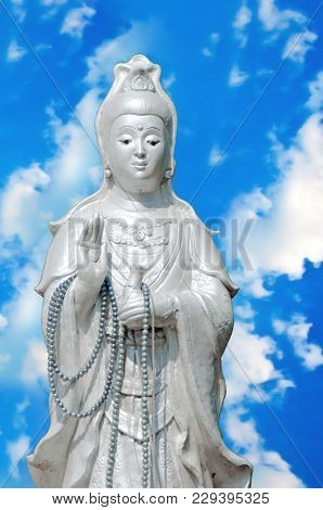 Goddess Guan Yin People Respect The Holy, Please Let People Out Of Suffering And Luck.